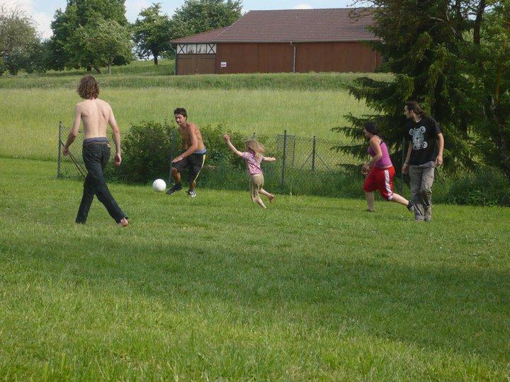Home Education Kinder und Jugendliche spielen Fußball